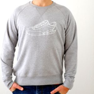 sweatshirt-maenner-organic-cotton-turnschuh-grau-melange-getragen-vorne