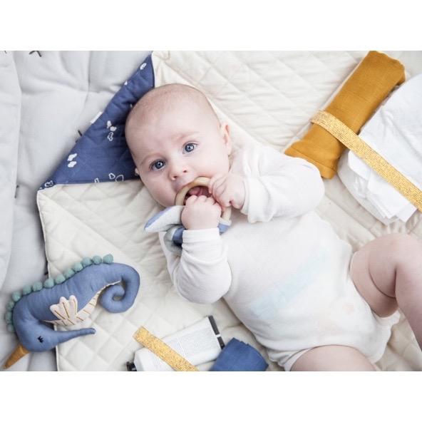 sommer-baby-beissring-rassel-swaddle-fabelab