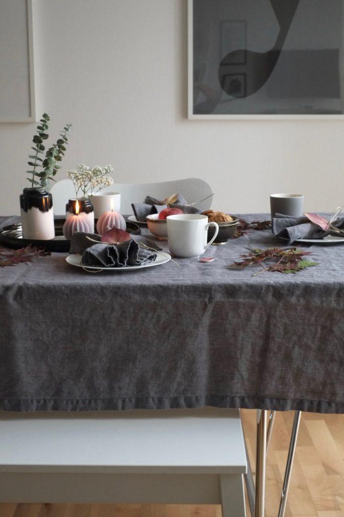 skandinavische-esstisch-deko-herbst-cosy