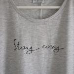 t-shirt-hellgrau-stay-cosy-detail-kragen-schrift-redraft