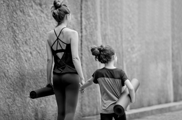 beyong-yoga-berlin-eltern-kind-yoga-julia-brakensiek-yogalehrerin