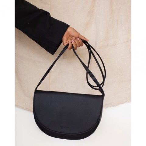 handtasche-schwarz-half-moon-bag-vegan-monk-and-anna-herrundfraukrauss-onlineshop