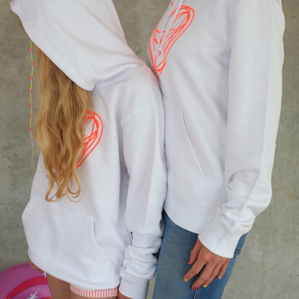 hoodie-weiss-neon-orange-herz-herrundfraukrauss