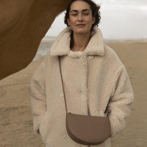 handtasche-soma-half-moon-bag-vegan-monk-and-anna-cacao-herrundfraukrauss-onlineshop