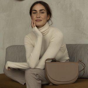 handtasche-half-moon-bag-cacao-herrundfraukrauss-onlineshop-zwei