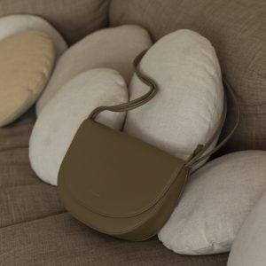 handtasche-half-moon-bag-olive-herrundfraukrauss-onlineshop