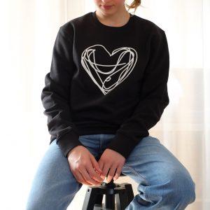 sweater-bio-baumwolle-schwarz-herz-weiss-siebdruck-nachhaltig-herrundfraukrauss-onlineshop