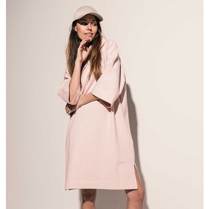 sweatshirt-kleid-rosa-mit-kapuze-noella-herrundfraukrauss-onlineshop-fuenf